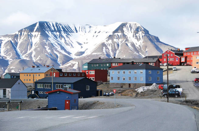 La entrada a la ciudad de Longyearbyen. (iStock)