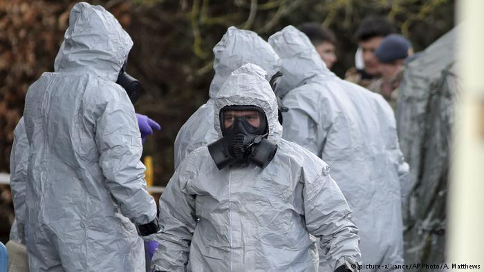 UK | Nervengiftattentat auf Sergei Skripal - Ermittler in Schutzkleidung (picture-alliance/AP Photo/A. Matthews)
