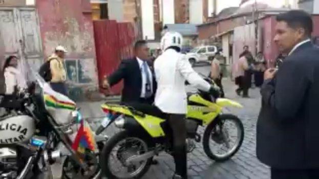Tensión entre militar y policía en pleno desfile en La Paz