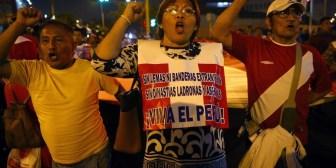 """Perú: bajo el lema """"Que se vayan todos"""", miles de manifestantes protestan en el centro de Lima"""