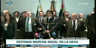 Comitiva entona Marcha Naval tras la primera jornada de los alegatos