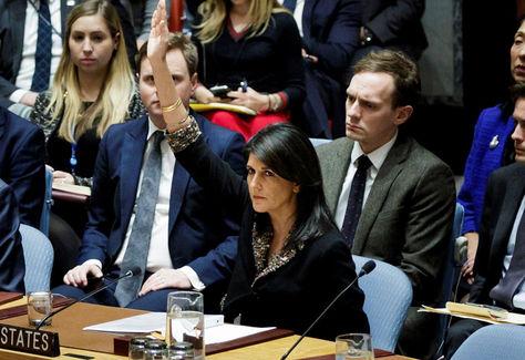 La embajadora estadounidense ante Naciones Unidas, Nikki Haley (centro), alza la mano para vetar la resolución que le pedía dar marcha atrás al reconocimiento de Jerusalén. Foto: EFE