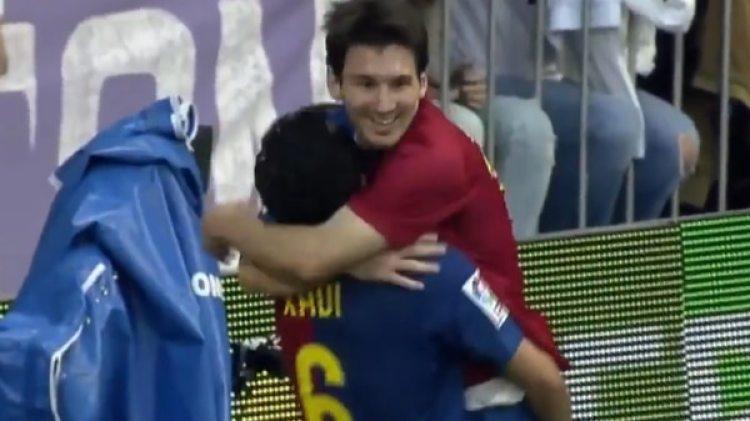Messi y Xavi se abrazan durante el 6-2