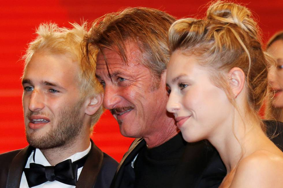 Sean Penn, en el centro, con sus hijos Hopper y Dylan Frances.