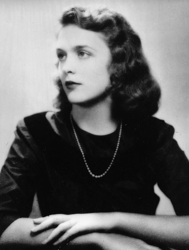 La joven Barbara Pierce, que luego sería Barbara Bush, en la foto de su graduación en 1943.