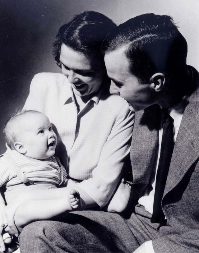 El matrimonio Bush con el pequeño George W. Bush en brazos. Abril 1947.