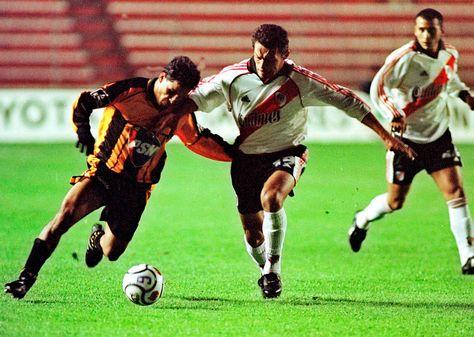 El enfrentamiento entre The Strongest y River Plate en 2001 por Copa Libertadores. Foto: Archivo AFP