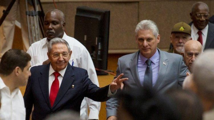 Raúl Castro y Diaz-Canel durante su llegada en la Asamblea Nacional de Cuba (Reuters)