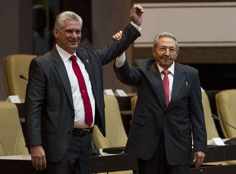 Raúl Castro (der.) y Miguel Díaz-Canel en la posesión de este último como presidente cubano. Foto: Juventud rebelde