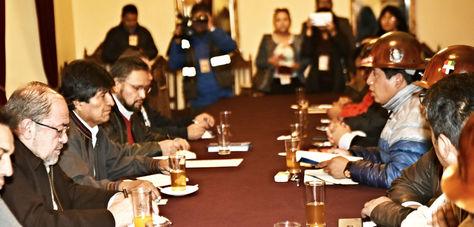 Evo Morales (i) y Juan Carlos Huarachi (d) frente a frente en la reunión Gobierno-COB la mañana de este sábado en Palacio de Gobierno.