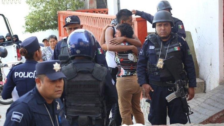El dolor de los familiares. (FOTO: CARLOS CARBAJAL /CUARTOSCURO.COM)