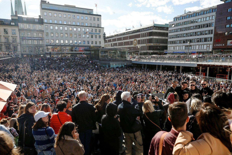 """Los fanáticos del DJ, remixer, productor musical y cantante sueco Tim Bergling, mejor conocido por su nombre artístico """"Avicii"""" se reúnen en su memoria en Sergels Torg en el centro de Estocolmo, Suecia, el 21 de abril de 2018 un día después de que el artista fuera encontrado muerto en la edad de 28. Avicii, uno de los DJs más exitosos del mundo que ayudó a marcar el comienzo del auge mundial de la música electrónica, pero que tuvo problemas para lidiar con el estilo de vida duro, murió el 20 de abril de 2018 en Omán, dijo su representante. / AFP PHOTO / TT Agencia de Noticias / Fredrik PERSSON / Suecia OUT"""