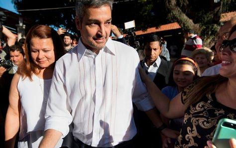 El candidato a la presidencia, Mario Abdo, al salir del recinto de votación en Asunción. Foto: AFP
