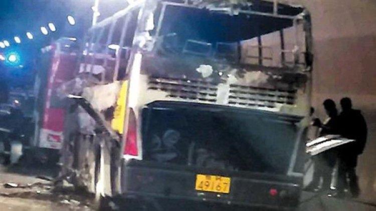 El autobús accidentado tras ser recuperado (EHA NEWS)