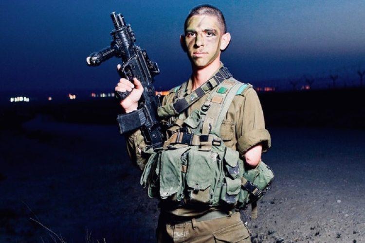 Tras perder un brazo en combate, Ezagui se convirtió en el primer francotirador de un sólo brazo en el mundo