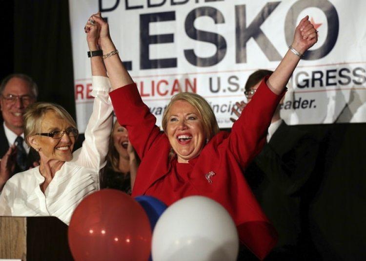 Debbie Lesko celebra su victoria (AP/Matt York)