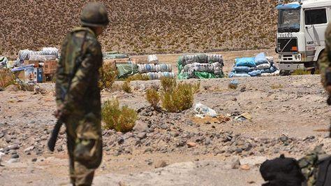 Un militar resguarda mercadería de contrabando tras un operativo. Foto: APG - archivo