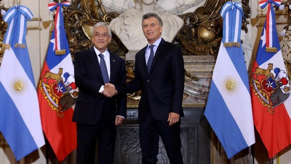 El presidente Mauricio Macri saluda a su par chileno, Sebastián Piñera.