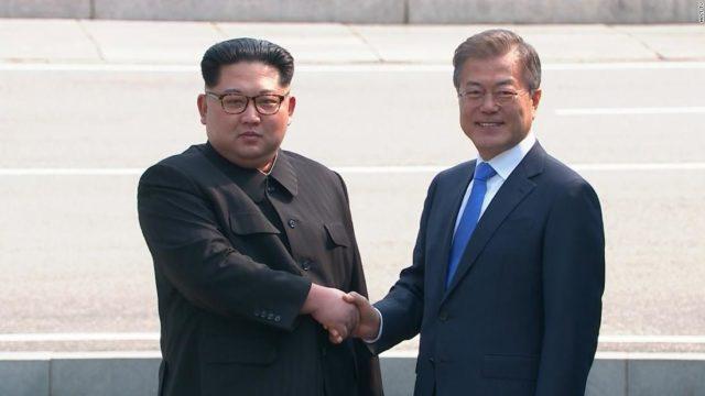 El líder norcoreano, Kim Jong-un, cruzó la línea de demarcación militar que separa las dos Coreas para histórica cumbre con el presidente sureño, Moon Jae-in.
