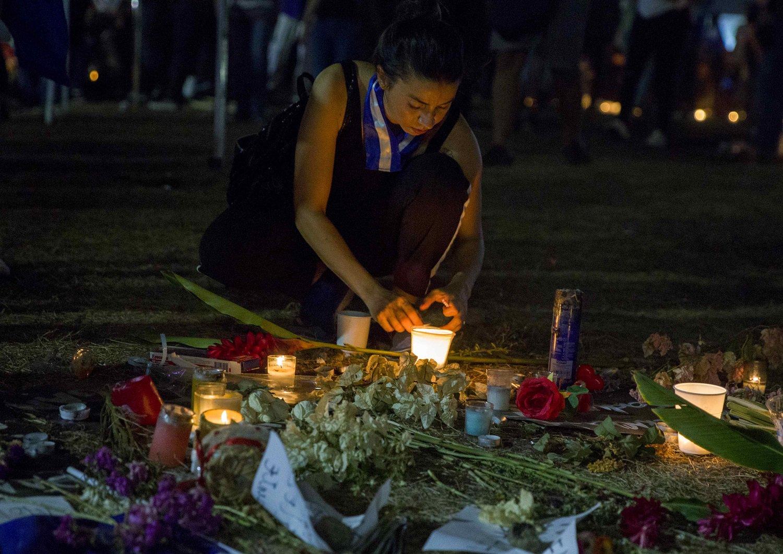 Una mujer enciende una vela hoy, viernes 27 de abril de 2018, en honor a los estudiantes asesinados en las pasadas manifestaciones, durante una marcha contra el gobierno del presidente Daniel Ortega en Managua (Nicaragua). Centenares de velas fueron encendidas hoy en el décimo día de protestas en Nicaragua para pedir justicia por más de una treintena de muertos que dejaron los enfrentamientos violentos, y exigir al presidente Daniel Ortega y a su esposa, la vicepresidenta Rosario Murillo, que dejen el poder. EFE/Jorge Torres