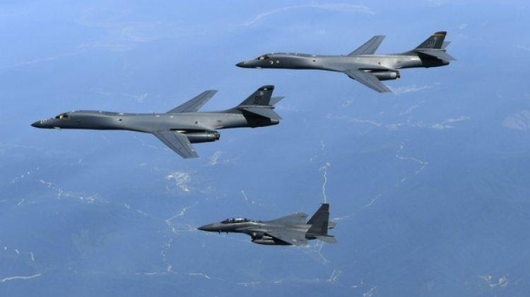 Bombarderos estadounidenses junto a su escolta. El país sigue gastando más que cualquier otro, pero su inversión se mantiene estable