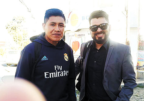 Encuentro. Miguel, a la izquierda, y Roger el día de la devolución del dinero y los documentos.