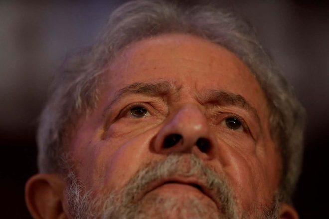 El ex presidente de Brasil Luiz Inácio Lula da Silva observa durante un congreso nacional del Partido Comunista de Brasil en Brasilia, Brasil, el 19 de noviembre de 2017. REUTERS / Ueslei Marcelino