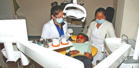 Dos profesionales en salud atienden a una menor en un hospital municipal de La Paz.