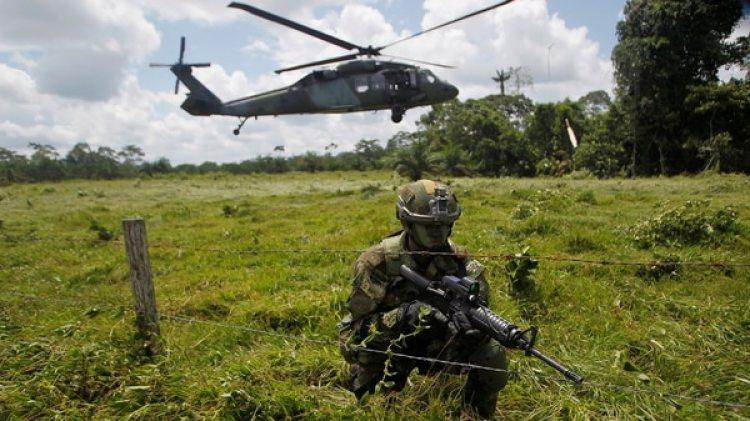 Militares colombianos en una zona fronteriza con Ecuador (Reuters)