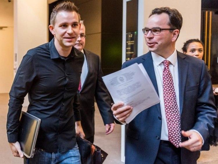 Max Schrems a la salida de una audiencia por una de las 22 demandas que presentó contra Facebook. (AP)