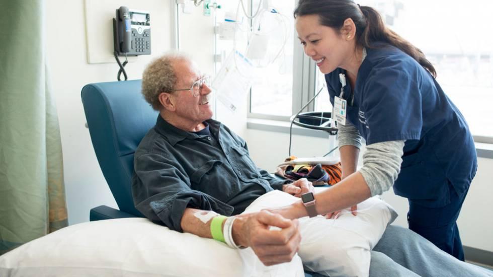 Un paciente recibe un tratamiento de inmunoterapia en una clínica de California (EE UU)