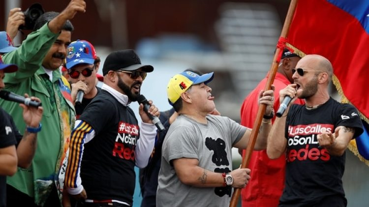 Maradona bailó en el escenario (Reuters)