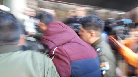Julio César R. B. (Con capucha guinda) es trasladado a su audiencia cautelar este viernes 18 de mayo de 2018. Foto: Ángel Guarachi