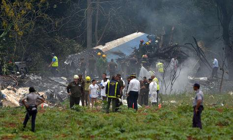 Fotografía tomada en la escena del accidente después de que un avión de Cubana de Aviación se estrelló después de despegar del aeropuerto José Martí de La Habana. Foto: AFP