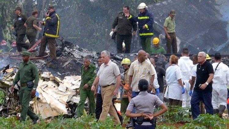 """El presidente cubano Miguel Diaz-Canel, en el lugar del accidente: """"Parece que hay un alto número de víctimas"""" (AFP)"""
