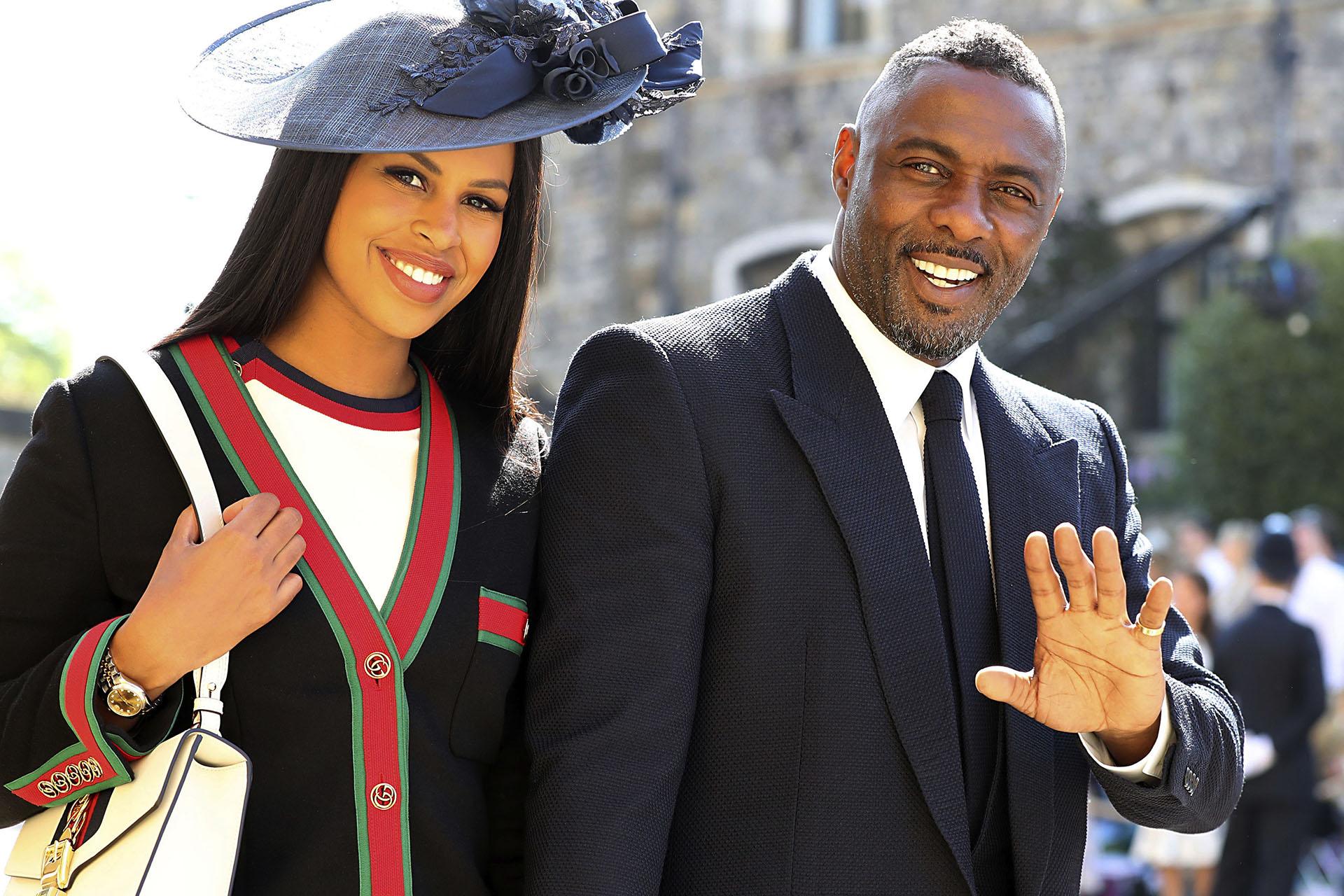 El actor británico Idris Elba y su novia Sabrina Dhowre llegan a la St George's Chapel en Windsor