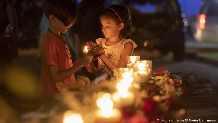 USA Texas Trauer nach Schießerei an Schule (picture-alliance/AP Photo/S. Villanueva)