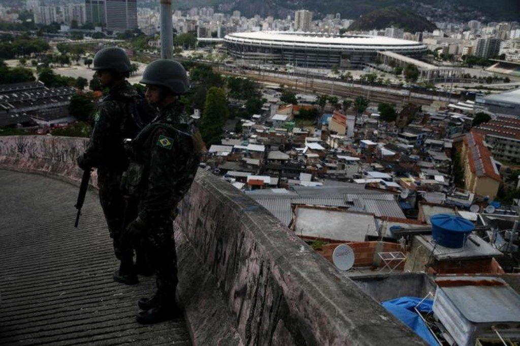 Patrulleros de las Fuerzas Armadas brasileñas mientras el Estadio Maracaná se observa en el fondo, durante una operación contra pandillas de narcotraficantes en el barrio marginal de Mangueira, en Río de Janeiro, Brasil, el 6 de diciembre de 2017. REUTERS / Pilar Olivares