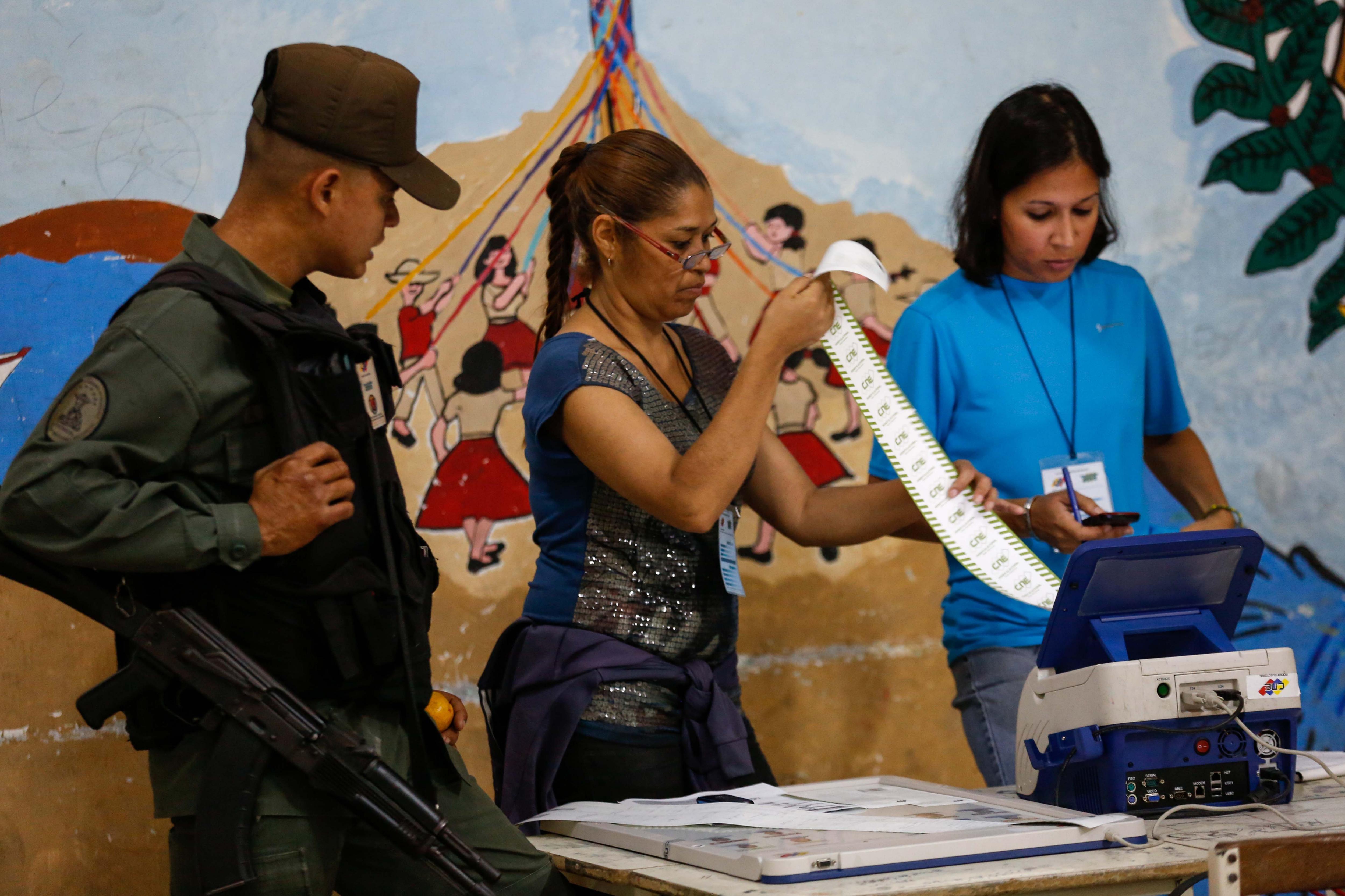 CAR02. CARACAS (VENEZUELA), 20/05/2018.- Miembros de mesa realizan una auditoría de cierre tras la culminación de las elecciones presidenciales hoy, domingo 20 de mayo de 2018, en el liceo Andrés Bello, en Caracas (Venezuela). Los centros electorales en Venezuela comenzaron a cerrar progresivamente desde las 18.00 (22.00 GMT) sin que se hubiera producido el anuncio oficial por parte del Consejo Nacional Electoral (CNE). EFE/Cristian Hernández