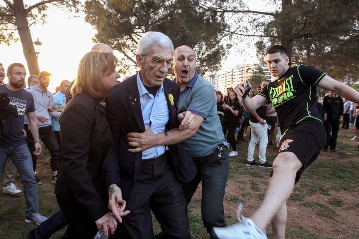 Yiannis Boutaris recibió varias patadas. AFP