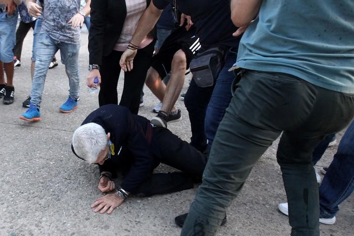 Boutaris, de 75 años, recibiendo patadas mientras está en el piso. EFE