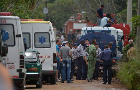 Los servicios de emergencia en la escena del accidente en La Habana. Foto: AFP