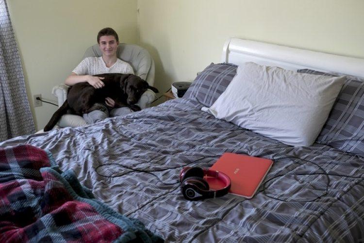 Max Brennan posa junto a su perro Riley en su habitación en St Michaels (Maryland) (The Washington Post / Bonnie Jo Mount)
