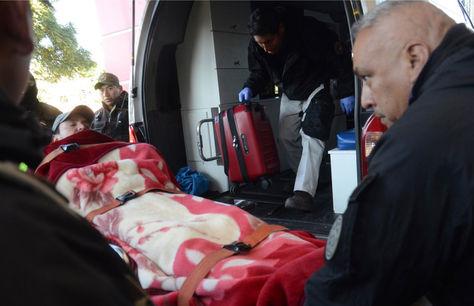 El alcalde José María Leyes desciende de la ambulancia que lo trasladó hasta la clínica.
