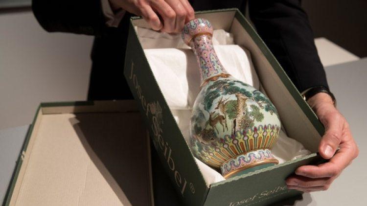 El jarrón llegó a Sotheby's en una caja de zapatos, después de años olvidado en un ático (AFP)