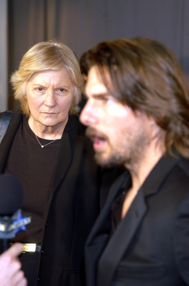 Pat Kingsley mira a Tom Cruise en un evento en 2003.