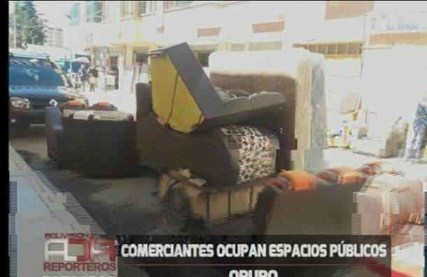 Comerciantes ocupan espacios públicos en Oruro