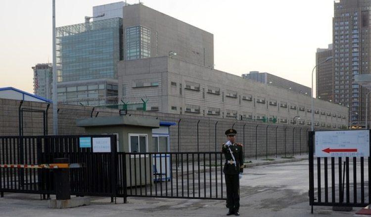 Un guardia chino frente al complejo de la embajada estadounidense en Beijing (AFP)