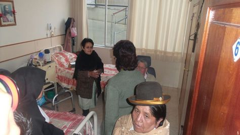 Visita de diputada al asilo San Ramón.