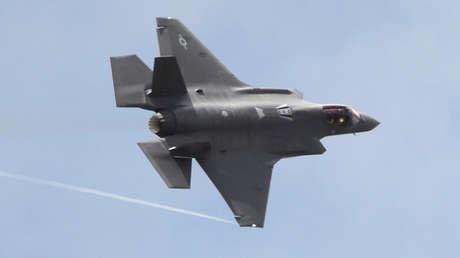 Un cazabombardero F-35 desarrollado por Lockheed Martin realiza un vuelo de demostración en junio de 2017.